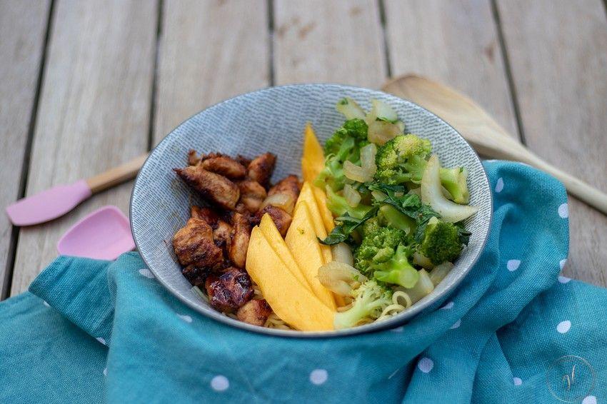 pokebowl met mango, kip en noedels (3)-